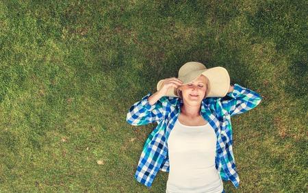 ontspannen vrouw liggend op het gras