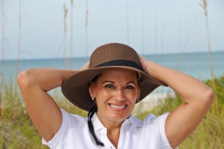 Vrouw met hoed ontspannen