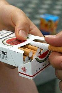 sigaret aannemen. roken