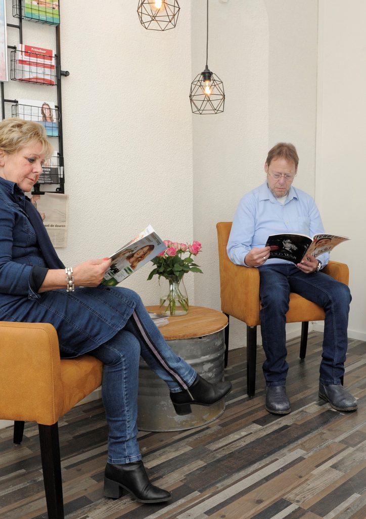 mensen lezen folders in de wachtruimte