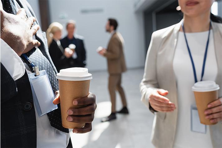 Mensen die in hun pauze buiten koffie drinken